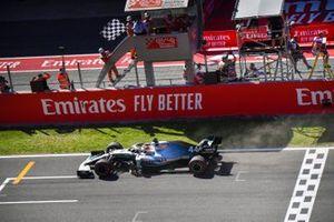 Le vainqueur Lewis Hamilton, Mercedes AMG F1 W10 franchit la ligne d'arrivée