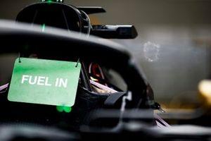 Un panneau indiquant qu'il y a de l'essence dans la Haas F1