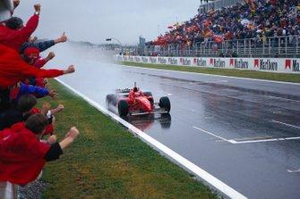 L'équipe Ferrari fête la victoire de Michael Schumacher avec la Ferrari F310