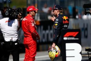 Le poleman Charles Leclerc, Ferrari, parlant à Max Verstappen, Red Bull Racing, after Qualifying
