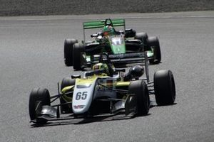 Enaam Ahmed(B-Max Racing with motopark), seguido de Sacha Fenestraz B-Max Racing with motopark)