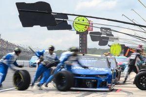 William Byron, Hendrick Motorsports, Chevrolet Camaro Hendrick Autoguard, makes a pit stop