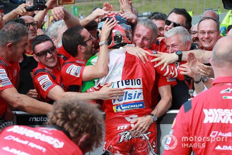 Petrucci celebra con el equipo su victoria en Italia 2019