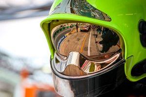El pit lane como se ve en el casco de un miembro del equipo de Toyota Gazoo Racing