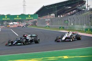 Lewis Hamilton, Mercedes W12, dépasse Mick Schumacher, Haas VF-21