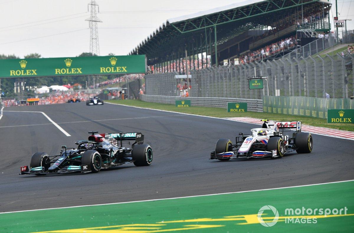 Lewis Hamilton, Mercedes W12, adelanta a Mick Schumacher, Haas VF-21