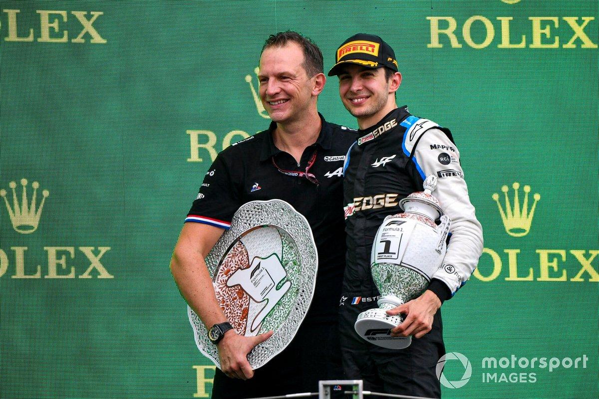 Laurent Rossi, CEO, Alpine F1, ed Esteban Ocon, Alpine F1, primo classificato, sul podio