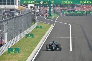 Lewis Hamilton, Mercedes W12, sort des stands