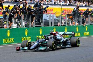 Le troisième Lewis Hamilton, Mercedes W12, franchit la ligne d'arrivée