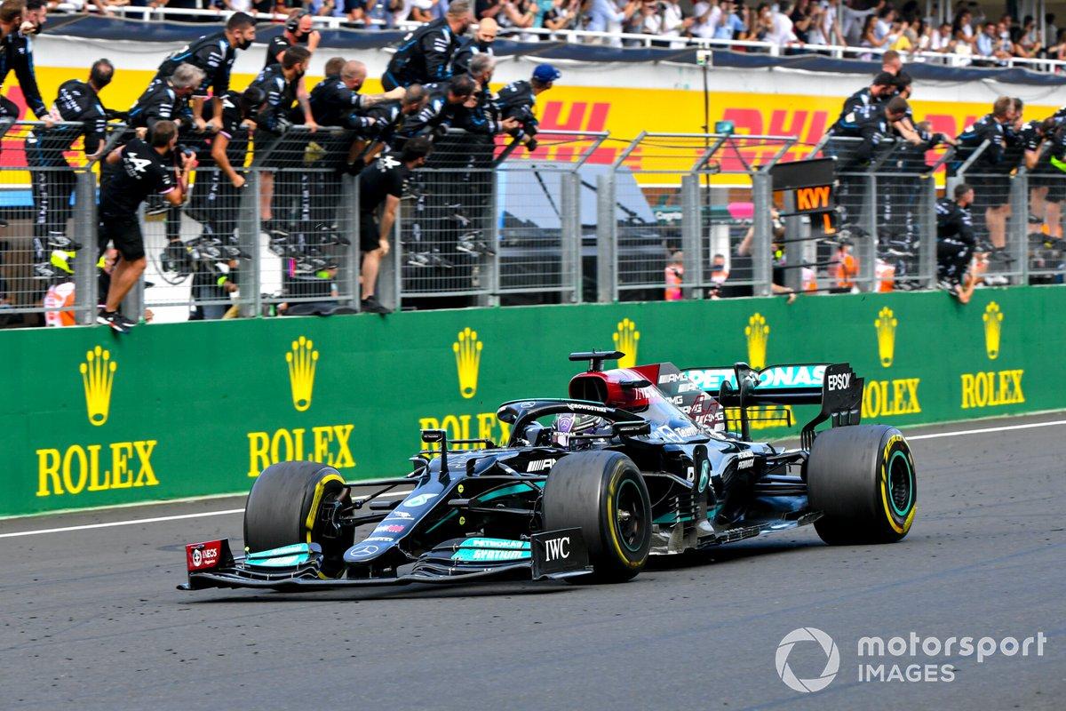 Lewis Hamilton, Mercedes W12, terzo classificato, taglia il traguardo
