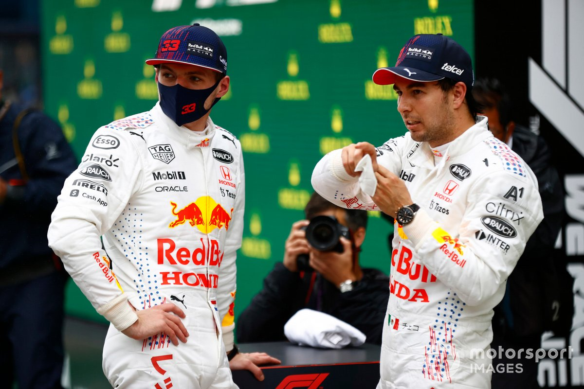 Max Verstappen, Red Bull Racing, 2ª posición, y Sergio Pérez, Red Bull Racing, 3ª posición, conversan en el Parc Ferme