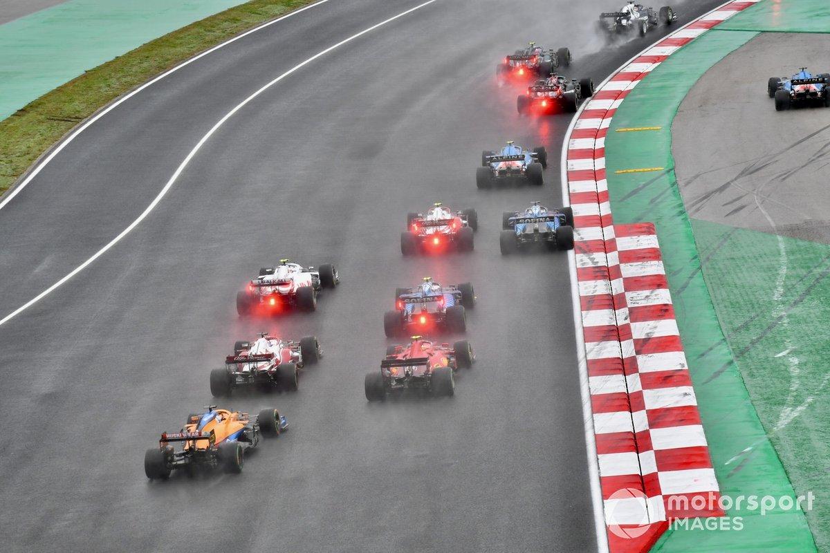 Fernando Alonso, Alpine A521, hace un trompo después de un contacto con Pierre Gasly al inicio