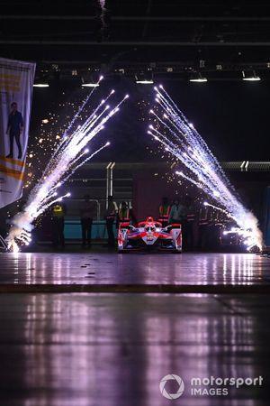 Le vainqueur Alex Lynn, Mahindra Racing, M7Electro, arrive dans le parc fermé