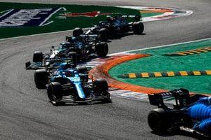Esteban Ocon, Alpine A521, Sebastian Vettel, Aston Martin AMR21, en Valtteri Bottas, Mercedes W12.