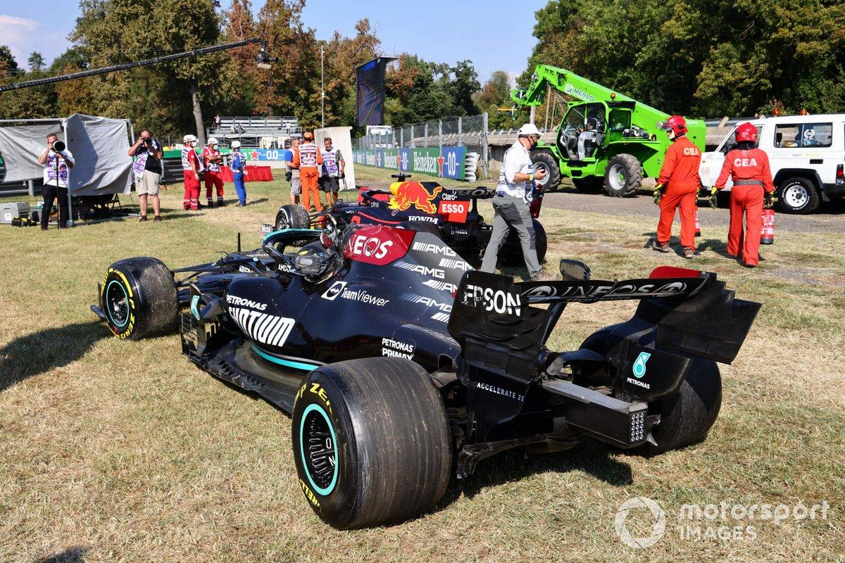 Los coches dañados de Max Verstappen, Red Bull Racing RB16B, y Lewis Hamilton, Mercedes W12