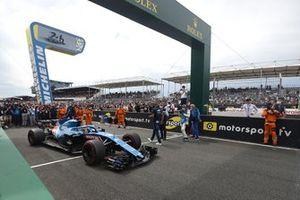Fernando Alonso begint aan een demonstratieronde op het Circuit de la Sarthe