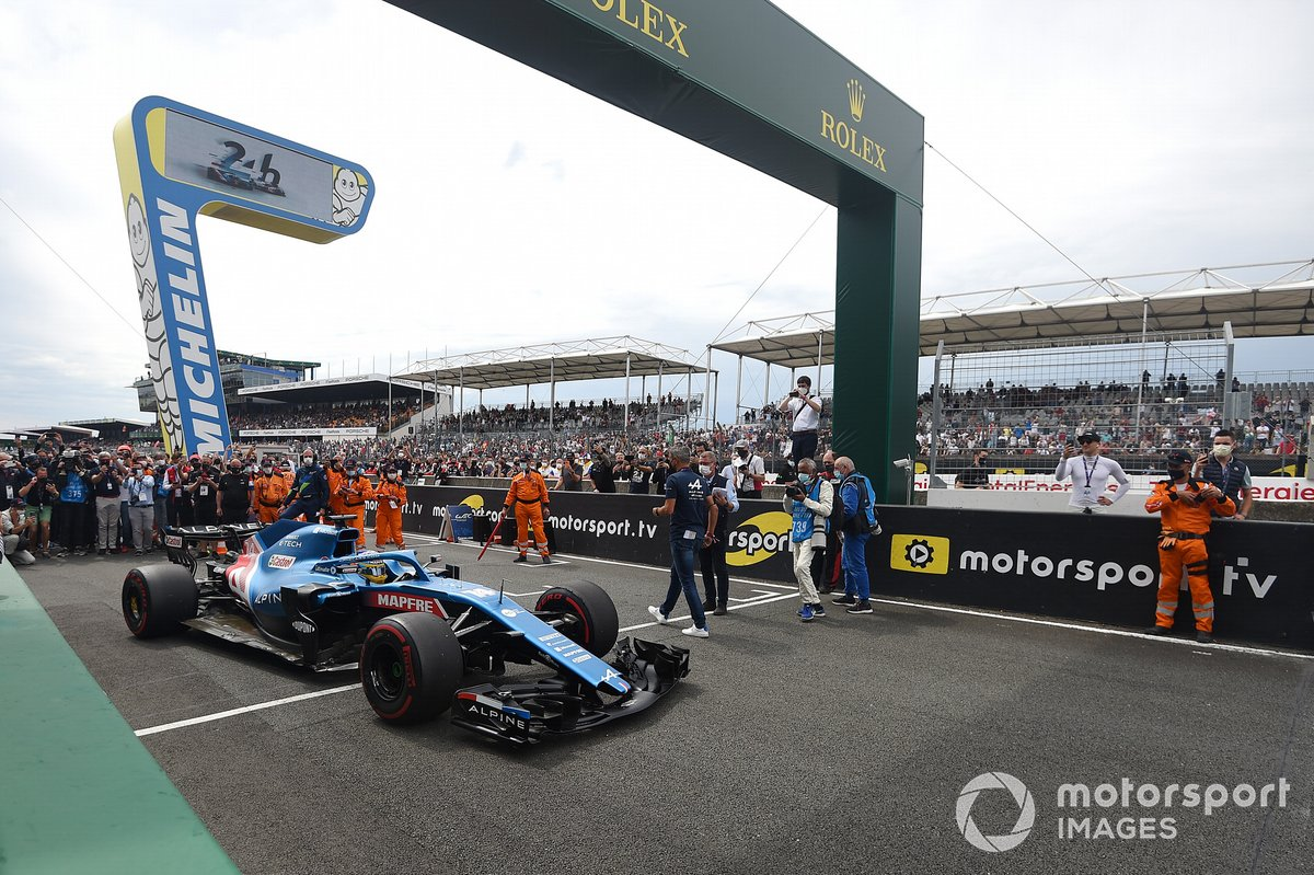 Fernando Alonso comienza una carrera de demostración en su Alpine F1