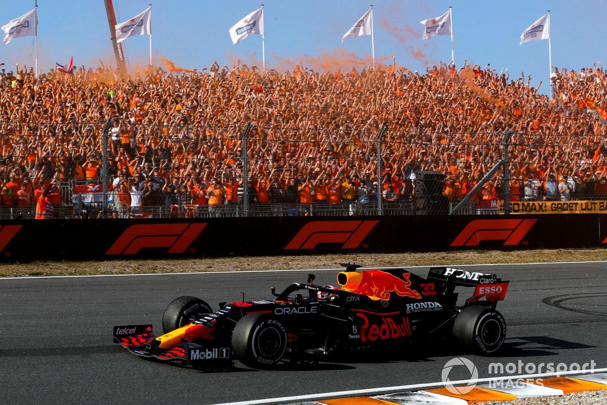 Ganador Max Verstappen, Red Bull Racing RB16B saluda a los fans