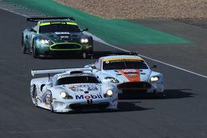 #26 Porsche 911 GT1: Emmanuel Collard, #8 Aston Martin DBR9: Roald Goethe, Stuart Hall