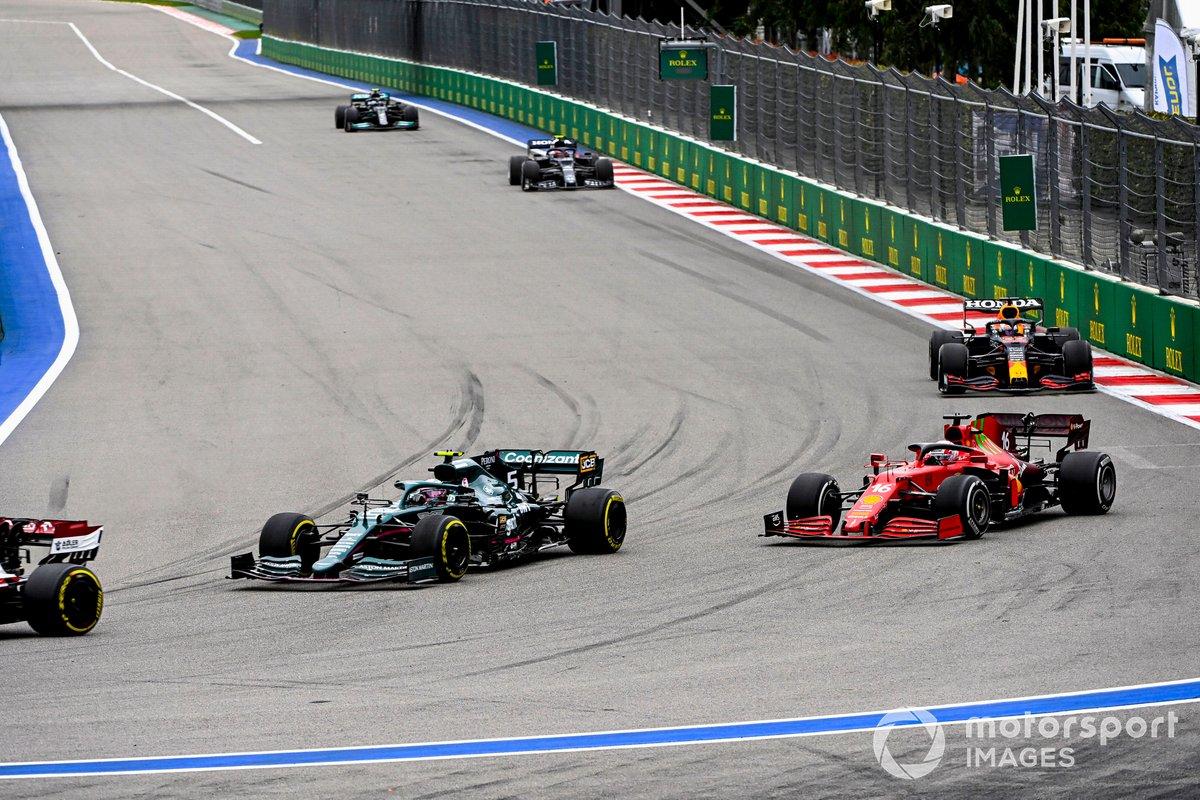 Sebastian Vettel, Aston Martin AMR21, Charles Leclerc, Ferrari SF21, y Max Verstappen, Red Bull Racing RB16B