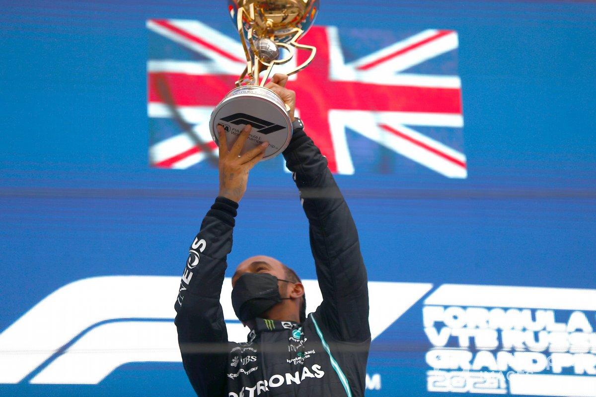 Lewis Hamilton, Mercedes, primo classificato, solleva il trofeo dei vincitori