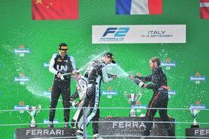 Guanyu Zhou, Uni-Virtuosi Racing, 2e plaats, en Christian Lundgaard, ART Grand Prix, 3e plaats, op het podium
