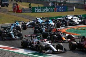 Antonio Giovinazzi, Alfa Romeo Racing C41, Sergio Perez, Red Bull Racing RB16B, Lance Stroll, Aston Martin AMR21, Sebastian Vettel, Aston Martin AMR21, and the remainder of the field at the start