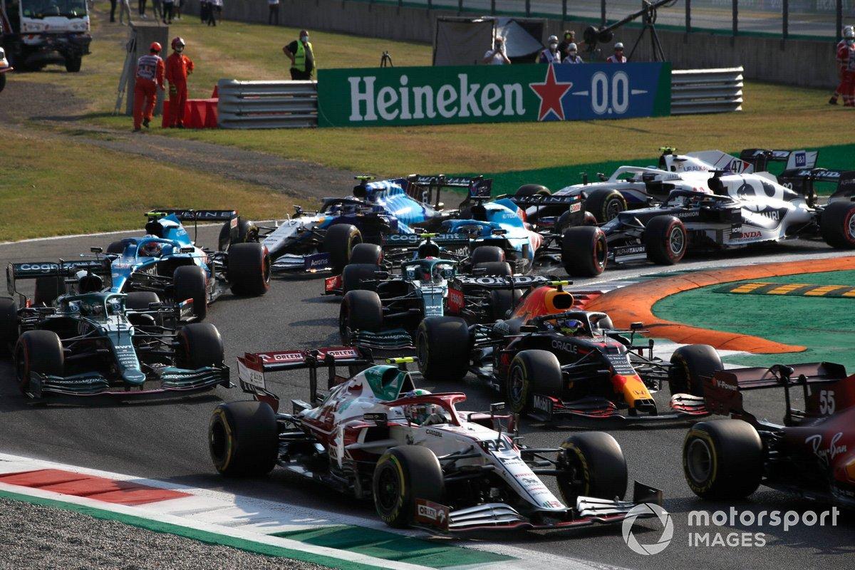 Antonio Giovinazzi, Alfa Romeo Racing C41, Sergio Pérez, Red Bull Racing RB16B, Lance Stroll, Aston Martin AMR21, Sebastian Vettel, Aston Martin AMR21, y el resto del grupo en la salida