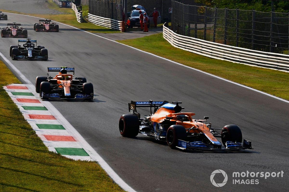 Daniel Ricciardo, McLaren MCL35M, Lando Norris, McLaren MCL35M, Lewis Hamilton, Mercedes W12