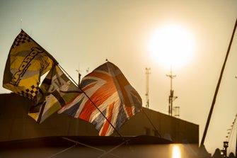 Un drapeau Jordan et un Union Jack dans le paddock