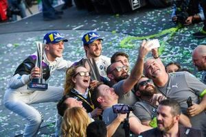 Alexander Sims, BMW I Andretti Motorsports, 1st position congratulates Maximilian GŸnther, BMW I Andretti Motorsports, BMW iFE.20, 2nd position, take a selfie with their team