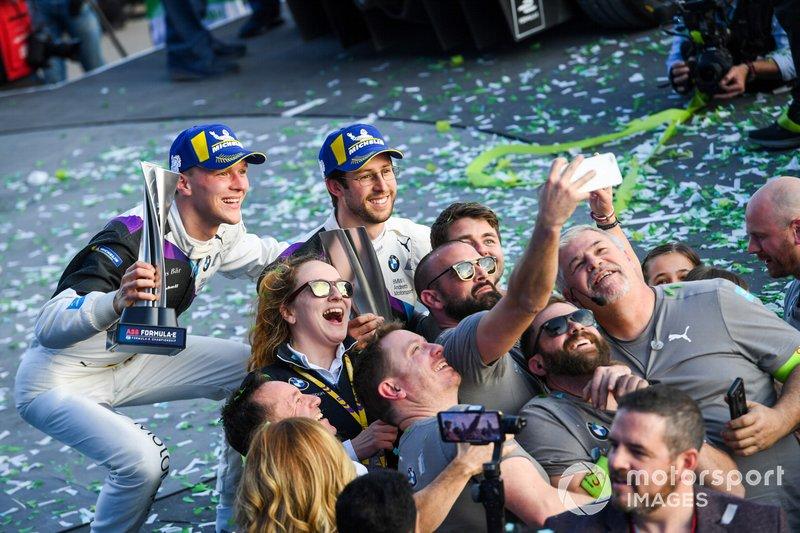 Alexander Sims, BMW I Andretti Motorsports, 1° classificato, e Maximilian Gunther, BMW I Andretti Motorsports, BMW iFE.20, 2° classificato, posano per una foto con il team