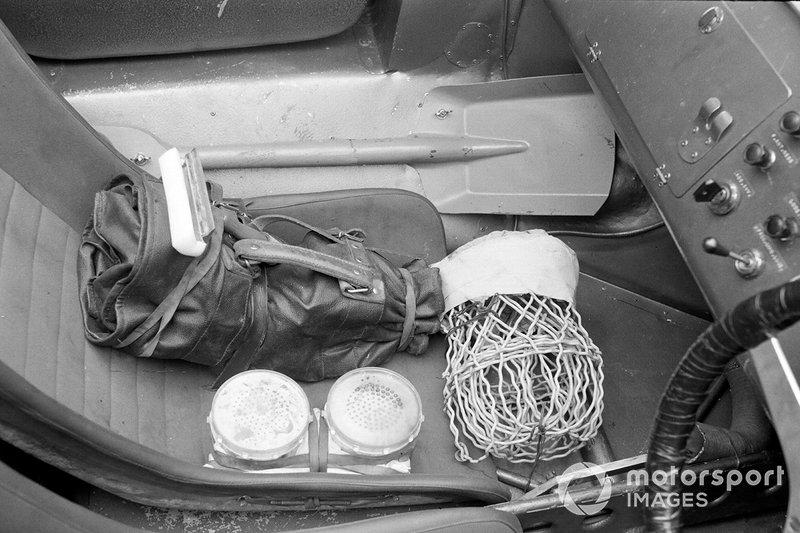 1964 год. Набор инструментов и запчастей в кокпите автомобиля Cobra, на котором выступали Боб Бондурант и Дэн Герни. К счастью, инструменты не понадобились: экипаж стал лучшим в категории GT, уступив только прототипам Ferrari. Что подсластило Ford пилюлю после сходов всех GT40