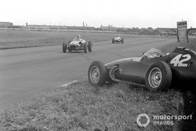 Roy Salvadori, Aston Martin DBR4/250, devant Chris Bristow, Cooper T51 Borgward, alors que les deux hommes passent la BRM P25 abandonnée de Ron Flockhart