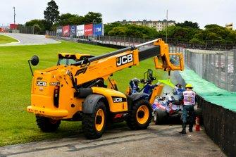 Marshal rimuovono l'auto di Daniil Kvyat, Toro Rosso STR14, dal circuito con un JCB