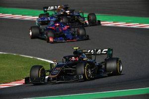 Kevin Magnussen, Haas F1 Team VF-19, leads Daniil Kvyat, Toro Rosso STR14