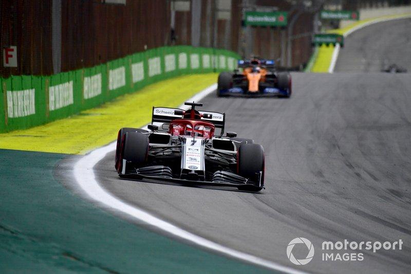 Kimi Raikkonen, Alfa Romeo Racing C38, Carlos Sainz Jr., McLaren MCL34