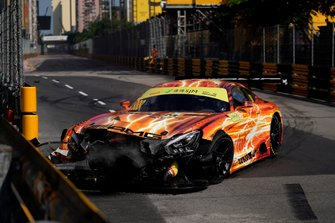 Crash: #888 Mercedes-AMG Team GruppeM Racing Mercedes AMG GT3: Maro Engel