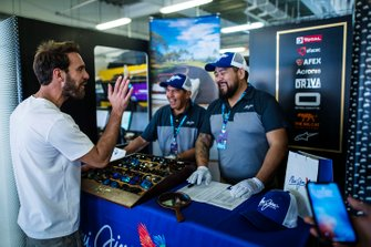 Jean-Eric Vergne, DS Techeetah habla con los representantes de Maui Jim sobre las gafas de sol en su stand en el garaje de DS Techeetah