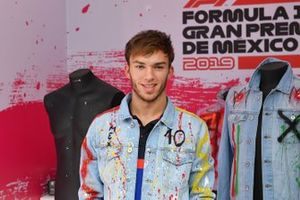 Pierre Gasly, Toro Rosso spray painting clothing