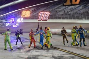 Team celebrate the race winner and Champion Kyle Busch, Joe Gibbs Racing, Toyota Camry M&M'