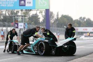 Mekanikerler Mitch Evans'ın aracını garaja itiyor, Jaguar Racing, Jaguar I-Type 4