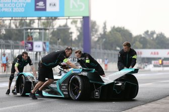 Les mécaniciens rentrent la voiture de Mitch Evans, Jaguar Racing, Jaguar I-Type 4 au garage