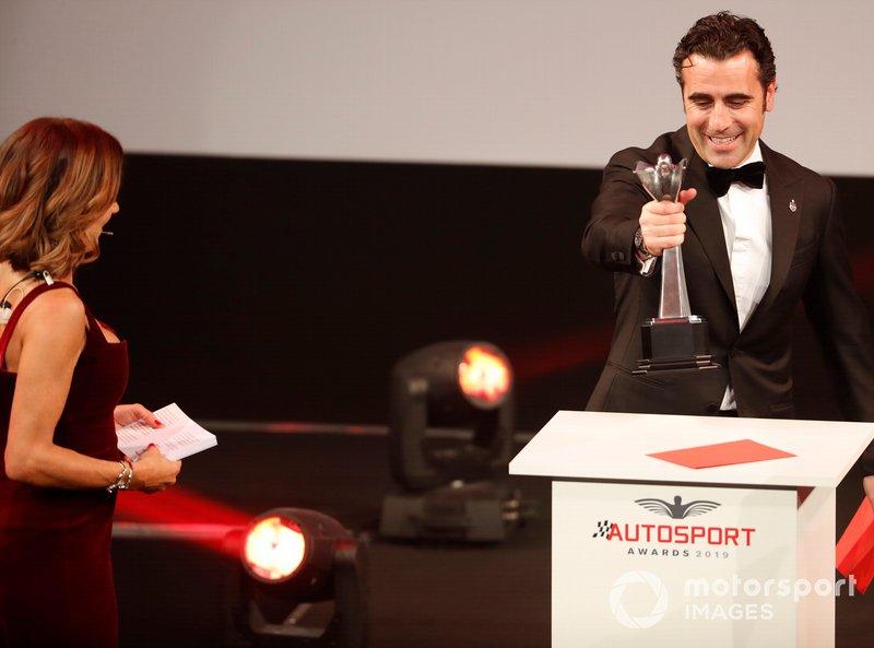 Dario Franchitti en el escenario para entregar el premio al mejor piloto de competición británico del año