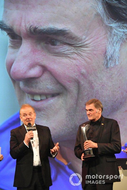 Jonathan Palmer op het podium met Gregor Grant Award winnaar Dick Bennetts