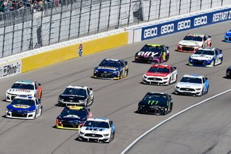 Clint Bowyer, Stewart-Haas Racing, Ford Mustang BlueDEF, William Byron, Hendrick Motorsports, Chevrolet Camaro Axalta