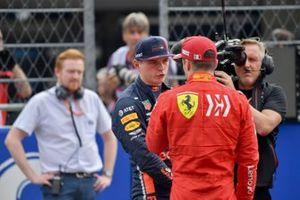 Charles Leclerc, Ferrari, felicita a Max Verstappen, Red Bull Racing, por la pole
