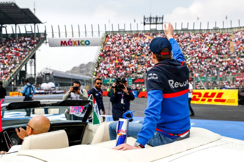 Daniil Kvyat, Toro Rosso, waves to fans during the drivers parade