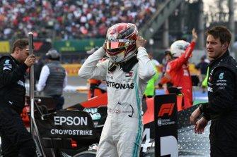 Lewis Hamilton, Mercedes AMG F1, primo classiicato, festeggia