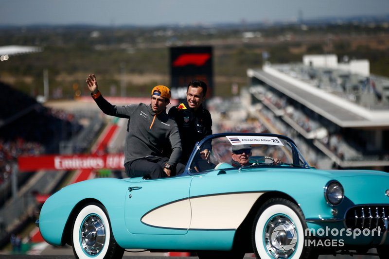 Carlos Sainz Jr, McLaren, y Alex Albon, Red Bull Racing, en el desfile de pilotos